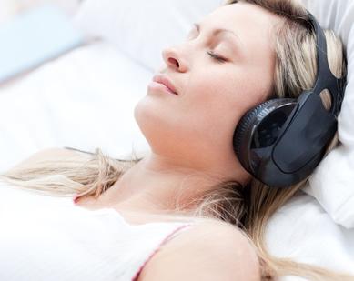 脳波誘導サウンドを聞く女性